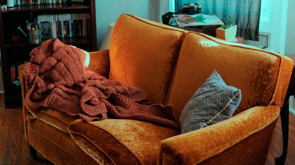 Como usar mantas de sofá com estilo