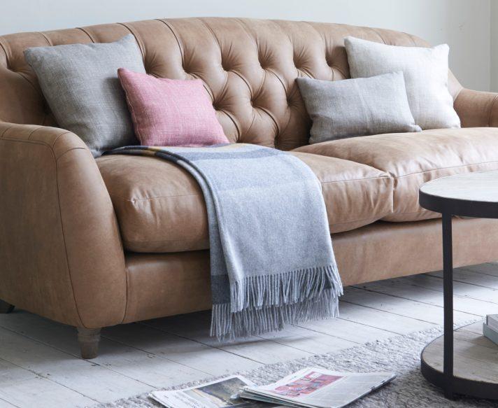 Sofá com manta dobrada