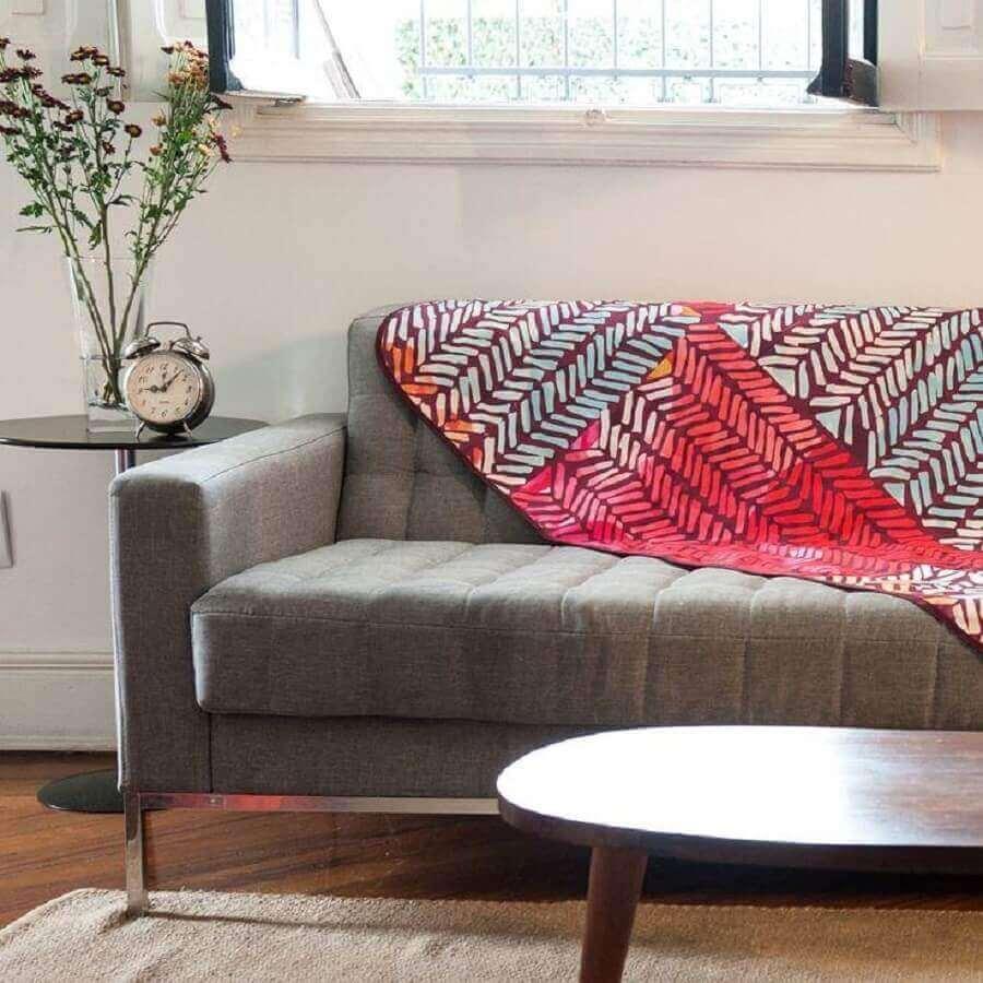 Sofá com manta no encosto